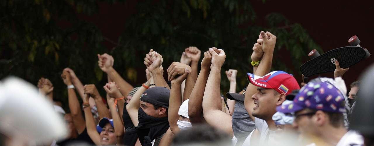 Más temprano, guardias nacionales dispersaron con gas lacrimógeno y balas de goma a cientos de estudiantes que protestaron en varias vías del este de la ciudad por los resultados de las elecciones.