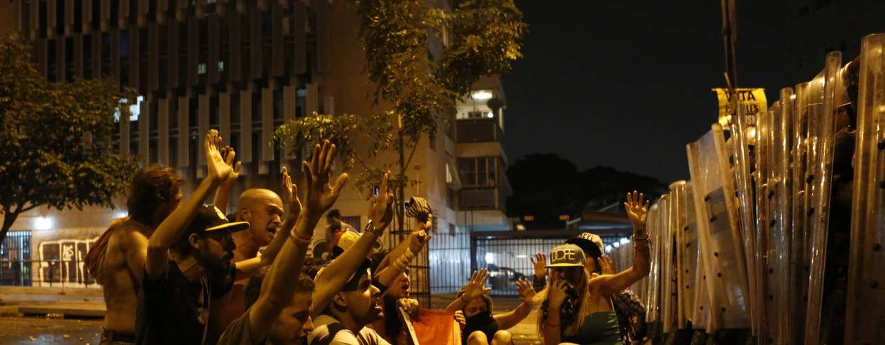 La ruidosa protesta, de más de una hora, incluyó Caracas, la capital del país, donde personas golpeaban ollas y cacerolas desde sus casas y calles en varios sectores de la capital, incluidos los alrededores del Palacio Presidencial de Miraflores.