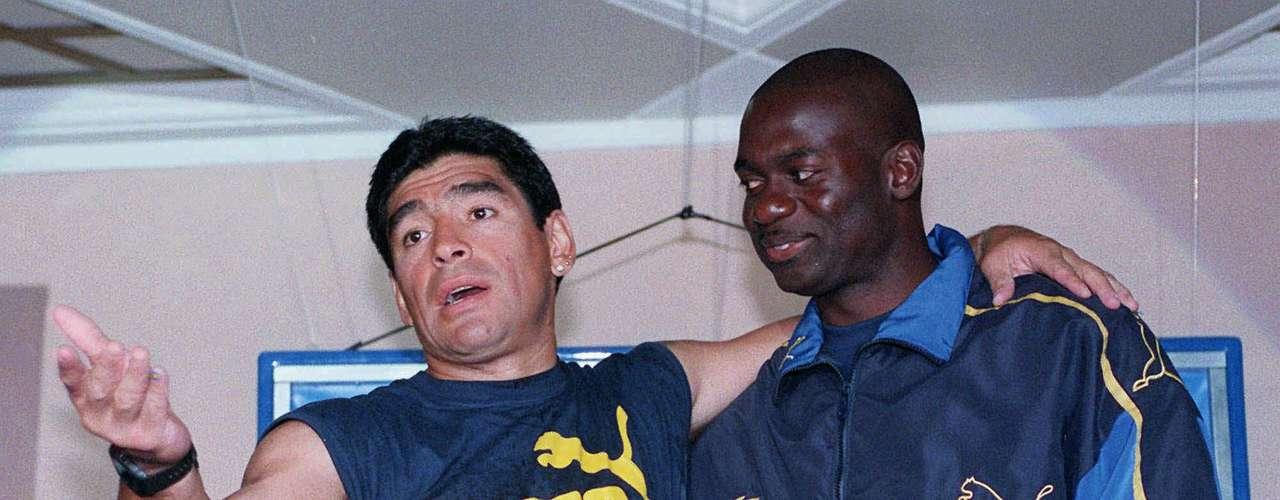 Cuando estaba tratando de hacer un regreso al fútbol en 1996, Maradona fue entrenado por el velocista canadiense Ben Johnson, quien fue despojado de su medalla de oro olímpica en los 100m de Barcelona 1992 por dopaje.