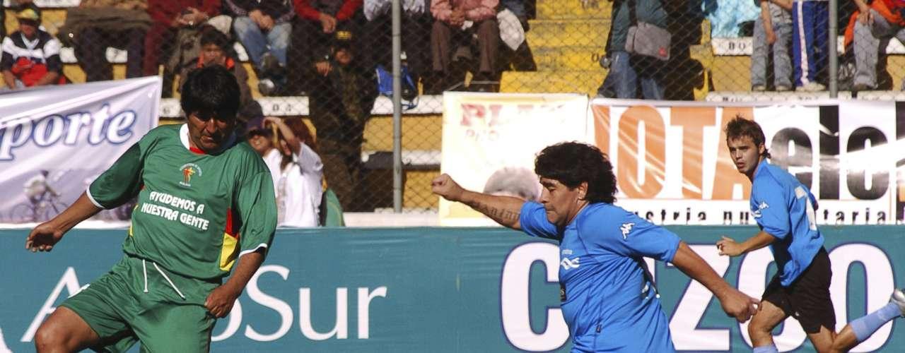 Maradona apoyó a Morales y asistió a un partido benéfico en Bolivia en marzo de 2008. En la foto, el argentino juega contra el presidente boliviano.