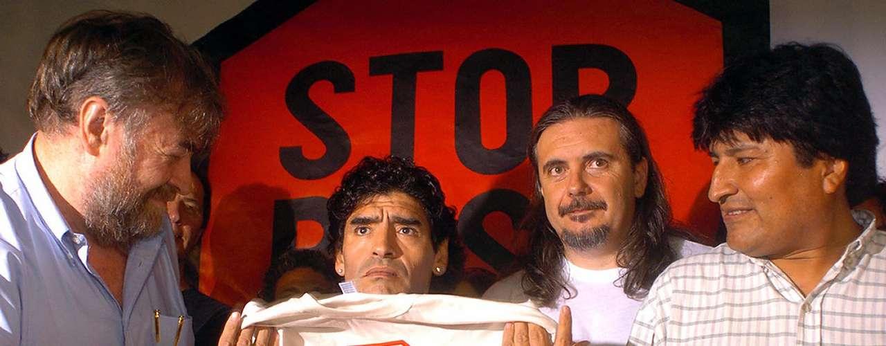 Maradona también ha estado cerca del presidente de Bolivia, Evo Morales, desde que era candidato presidencial. La foto muestra a Diego con una camiseta anti-George Bush durante un evento en Argentina en noviembre de 2005 con Morales junto a él.