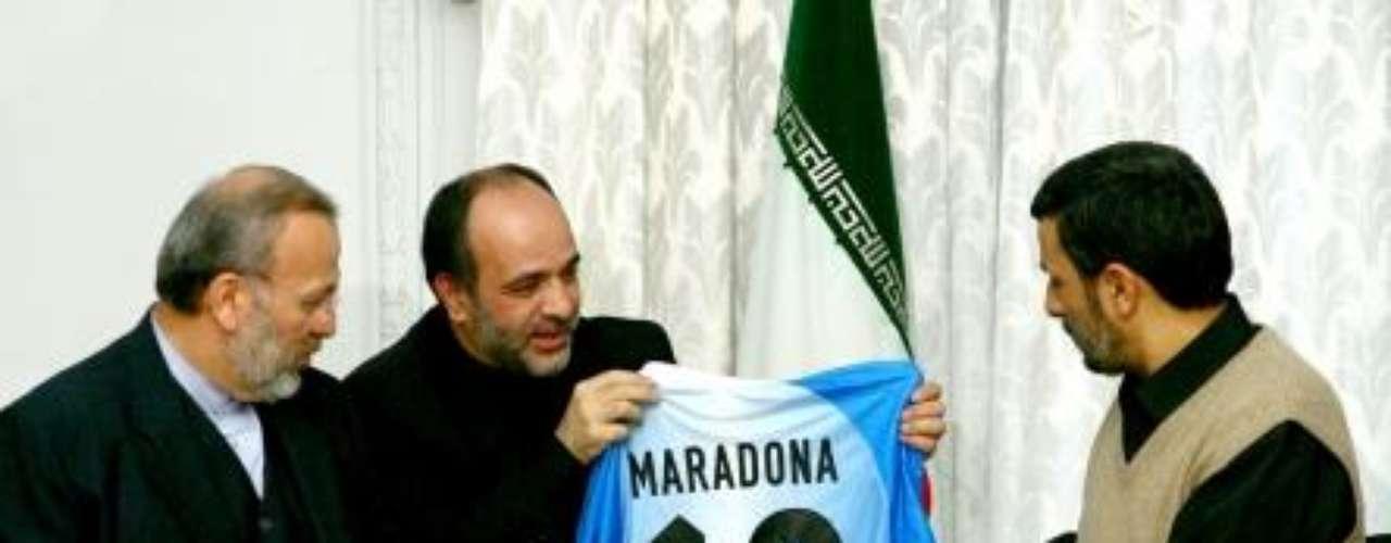 Finalmente, aunque no se han encontrado, Maradona envió una camiseta firmada en 2007 al presidente de Irán, Mahmud Ahmadineyad, para mostrar su afecto por el país asiático. Con el corazón para el pueblo iraní, escribió.