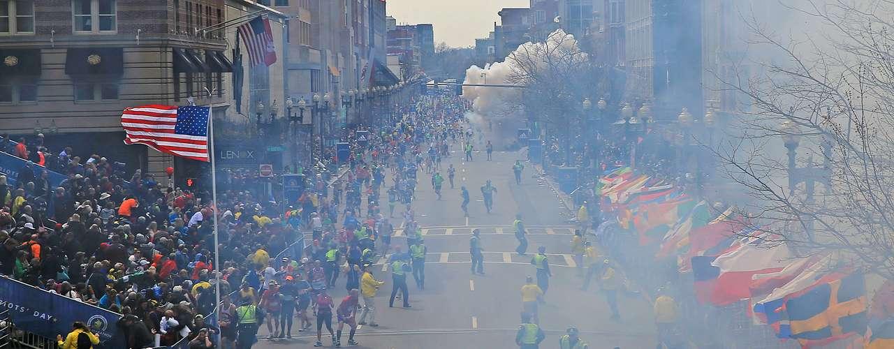 Hasta el momento no hay indicios que den con los autores de las explosiones que sacudieron este lunes la maratón de Boston y que dejaron tres muertos y decenas de heridos graves y mutilados, lo único que se sabe es que los artefactos explosivos fueron colocados en la basura.
