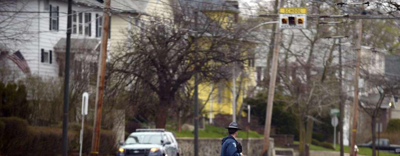 MCX020 WATERTOWN (ESTADOS UNIDOS) 19/04/2013.- Agentes del cuerpo de elite SWAT participan en la operación de búsqueda y captura de los dos sospechosos de los atentados de Boston, en la localidad de Watertown, al oeste de Boston, hoy, viernes 19 de abril de 2013. El comisario de Policía de Boston, Ed Davis, confirmó hoy que uno de los sospechosos del atentado del maratón de la ciudad ha muerto, mientras que el segundo está huido y se le busca cerca de un centro comercial en la localidad de Watertown. El comisario confirmó las informaciones de la televisión local WCVB y aseguró que el fallecido es el hombre que el jueves por la tarde fue presentado por el FBI como \