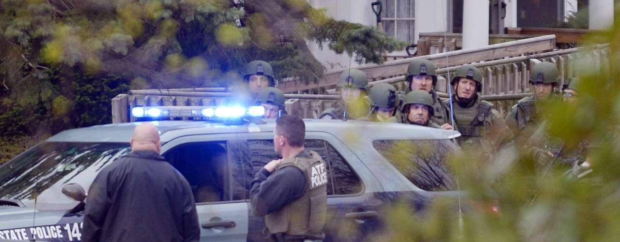 Agentes del cuerpo de elite SWAT participan en la operación de búsqueda y captura de los dos sospechosos de los atentados de Boston, en la localidad de Watertown, al oeste de Boston, hoy, viernes 19 de abril de 2013. El comisario de Policía de Boston, Ed Davis, confirmó hoy que uno de los sospechosos del atentado del maratón de la ciudad ha muerto, mientras que el segundo está huido y se le busca cerca de un centro comercial en la localidad de Watertown. El comisario confirmó las informaciones de la televisión local WCVB y aseguró que el fallecido es el hombre que el jueves por la tarde fue presentado por el FBI como \