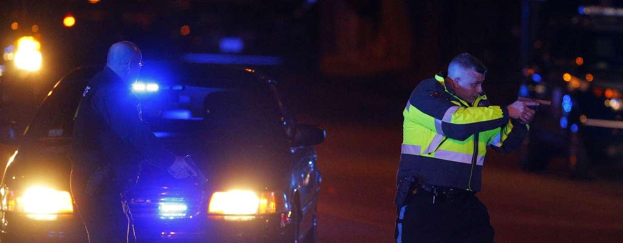 Operación policial para detener a los sospechosos de la colocación de las bombas en el atentado de la maratón de Boston. Uno de los posibles autores ha muerto y el otro esta huído