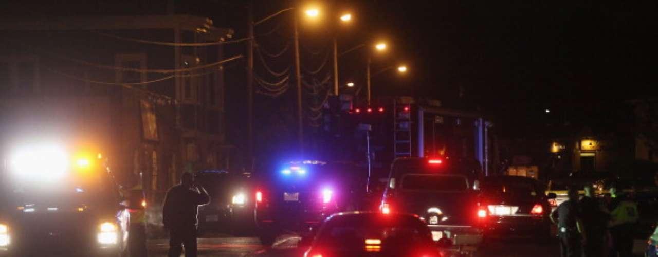 Poco después, dos hombres armados al parecer se apoderan de un vehículo utilitario Mercedes en Cambridge. El automovilista lo mantienen cautivodurante una media hora y después liberado ileso en una gasolinera en Memorial Drive en Cambridge.La policía persigue poco después el vehículo robado en Watertown, al oeste de Cambridge.