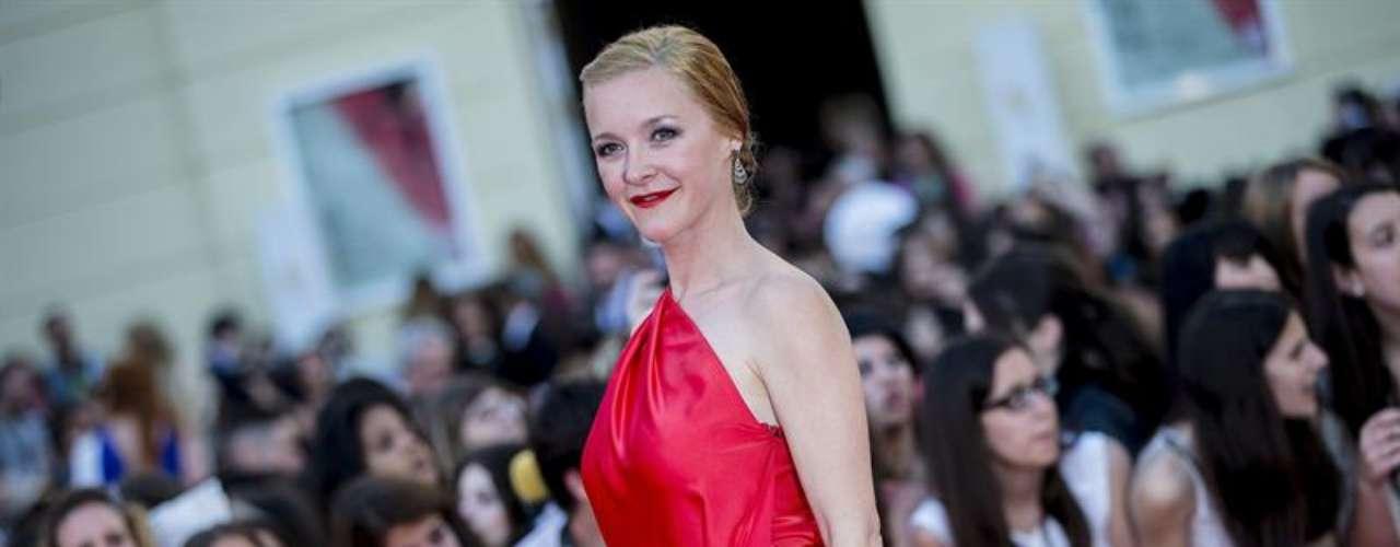 La actriz María Esteve posaba ante los medios con un vestido largo en rojo