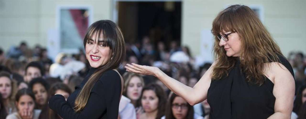 La directora Isabel Coixet y la actriz Candela Peña bromeaban en la alfombra roja de la inauguración del XVI Festival de Cine Español de Málaga
