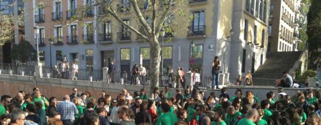 """La multitud reunida grita lemas como""""Somos profesores, no terroristas"""", """"Más educación, menos represión""""."""
