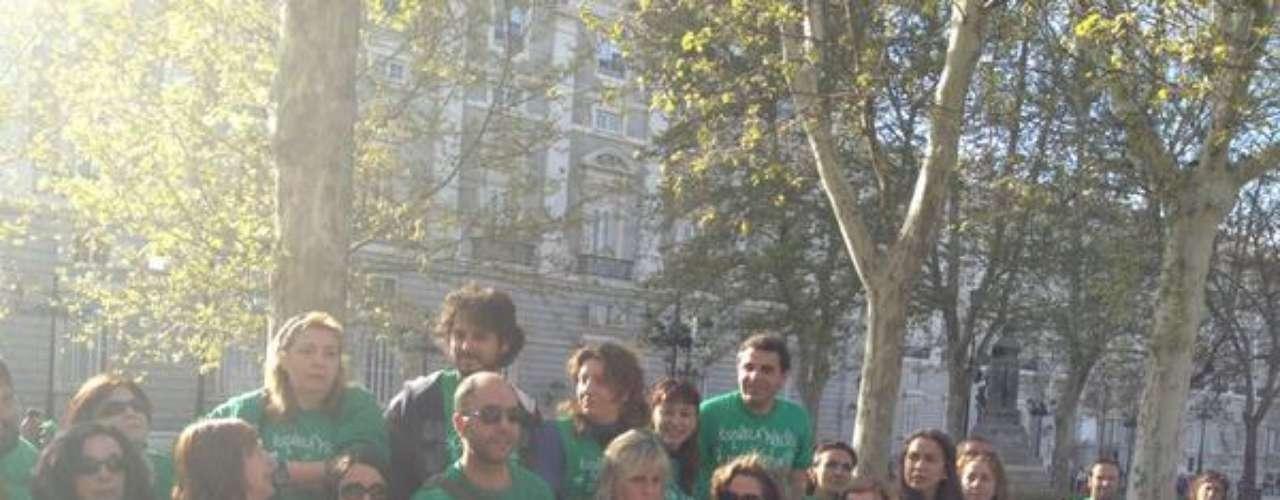 Minutos después de efectuarse el desalojo, los manifestantes se han reunido frente al Palacio Real en asamblea.