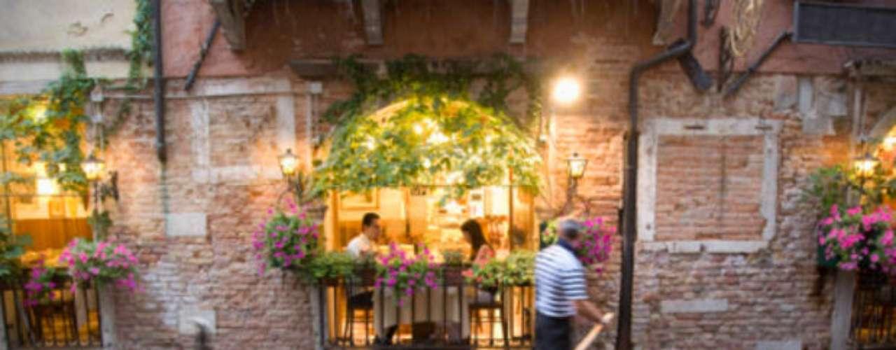 Venecia.  A lo largo de los años, Venecia ha ido hundiéndose lentamente por el deslizamiento de los sedimentos de la alguna sobre la cual la ciudad fue fundada.  Sumada a la crecida de las aguas, el fenómeno causa frecuentes inundaciones en puntos turísticos como la Piazza San Marco, y amenaza una de las ciudades más bellas y románticas del planeta.