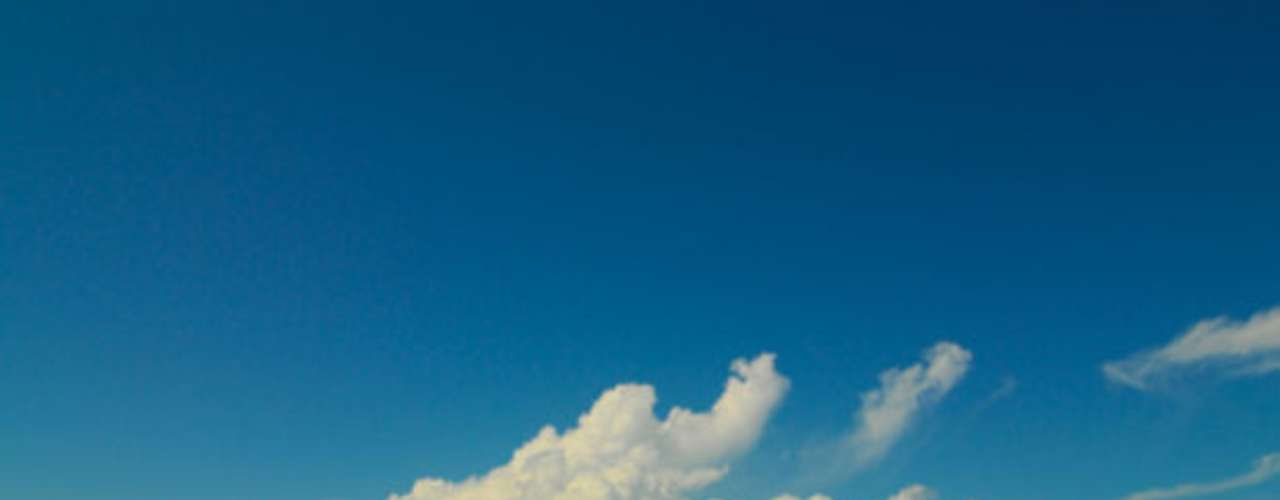 Tuvalu.  Perteneciente a la Polinesia y situada entre Australia y Hawai, es una de las áreas más remotas del Pacífico.  La nación de Tuvalu tiene apenas 25 km2 de nueve islas tropicales de coral y cinco atolones envueltos en aguas turquesas.  Es el cuarto país más pequeño del mundo, con una población de 12 mil habitantes.  Es un territorio extremadamente vulnerable debido al cambio climático.