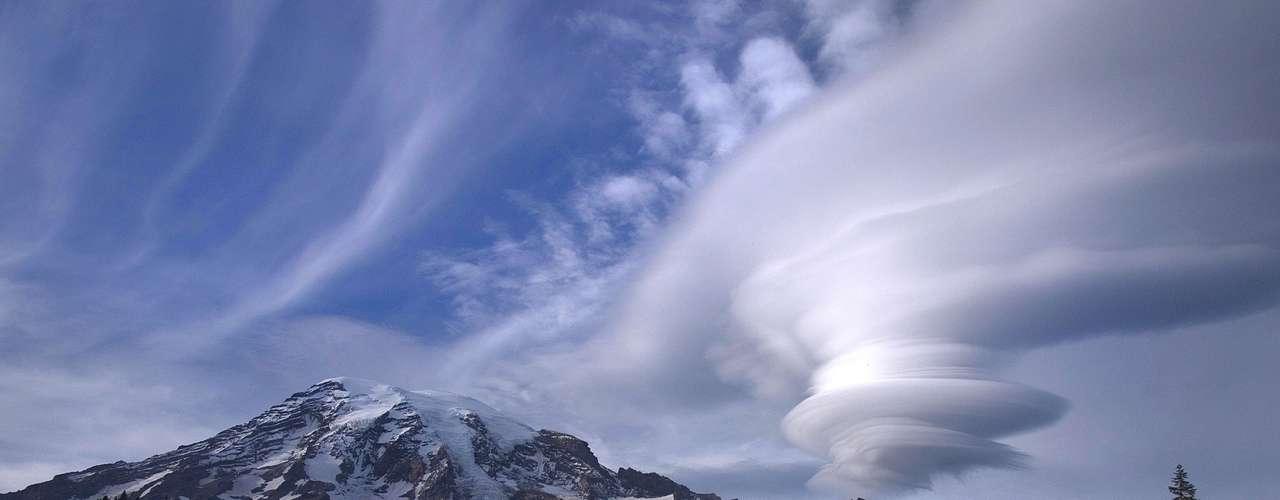 Elfotógrafo amador Tyler Mode registró esas nubes lenticulares en el Parque Nacional Mount Rainier, en Estados Unidos. \