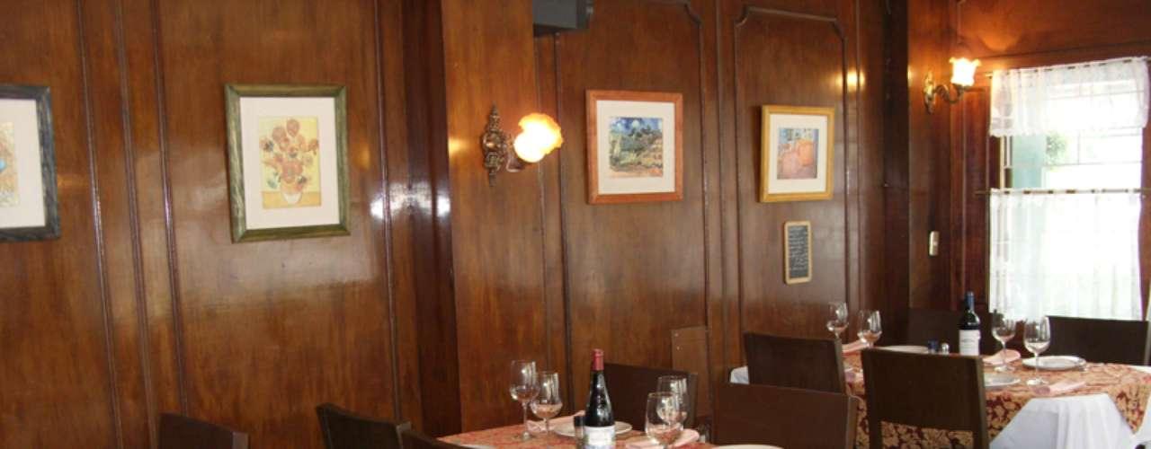 Le Petit Resto. En este pequeño bistro parisino podrás probar comida casera auténtica: la clásica sopa de cebolla gratinada, vol-au-vents de ternera, pollo y mariscos, crepas, aves y carnes. Lo que más nos gusta: el boeuf bourguignon, un platillo a base de res y vino. Av. San Antonio 100 esq. Indiana, Col. Nápoles. T. 5611 9128.