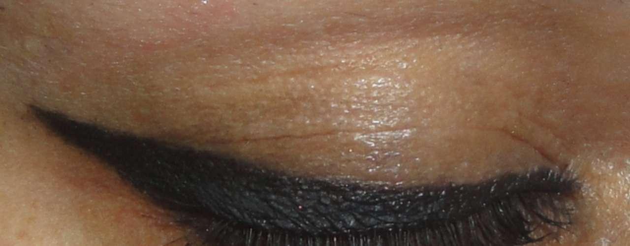 Para lograr este delineado debes tener un delineador líquido que tienen un pincel delgado con el cual vas a pintar el ojo.