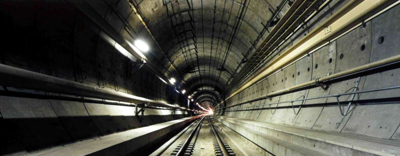 Eurotunnel, Inglaterra y Francia Este túnel cruza el canal de la Mancha, uniendo Francia con el Reino Unido. Es una importante infraestructura del transporte internacional. Fue abierto el 6 de mayo de 1994. Su travesía dura aproximadamente 35 minutos entre Calais/Coquelles (Francia) y Folkestone (Reino Unido).