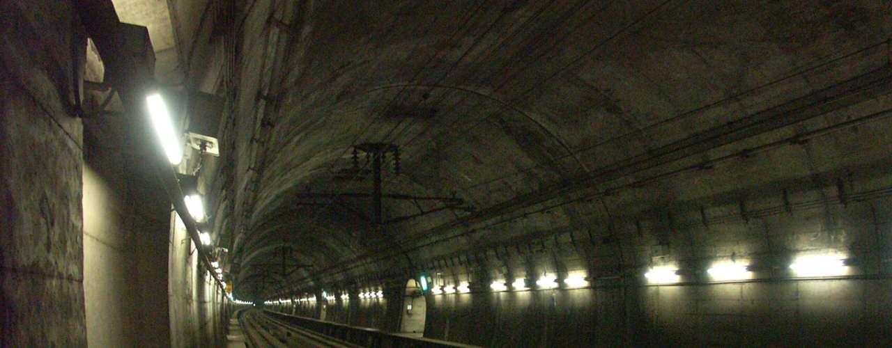 Túnel Seikan, Japón El túnel Seikan es el túnel ferroviario más largo del mundo, tiene una longitud de 53 kilómetros, con una porción de 23,3 km bajo el lecho marino. Esta construcción, que demoró 25 años, fue abierta al público el año 1988.