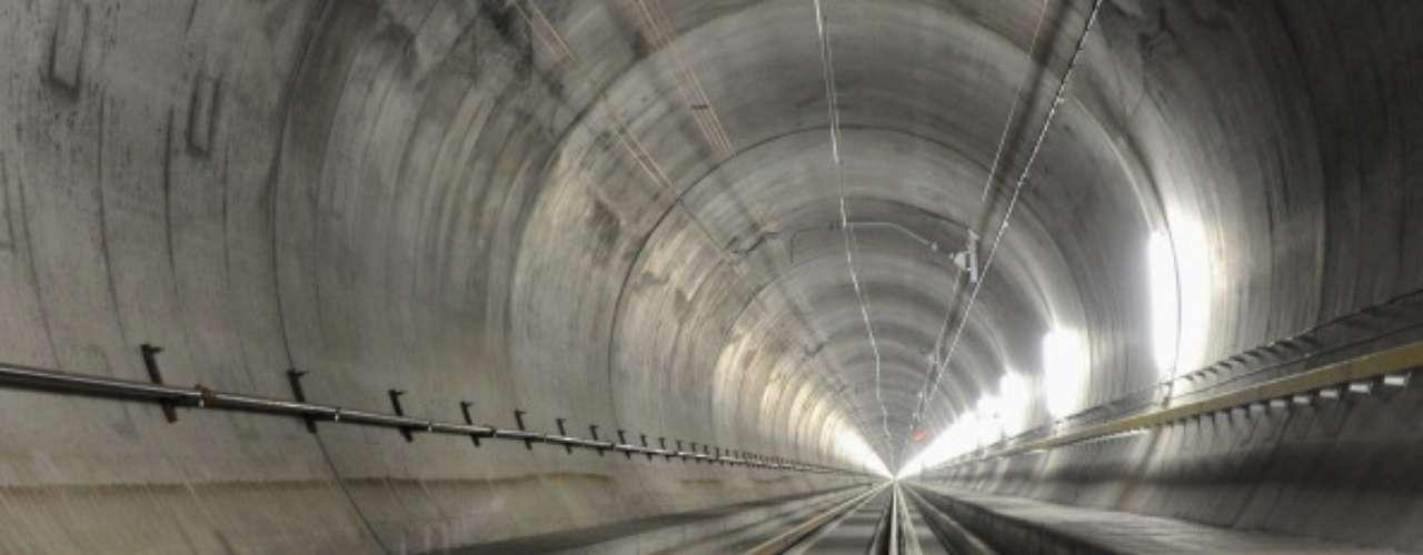 Base Túnel de San Gotardo, Suiza El proyecto consta de dos túneles separados que contendrán una vía cada uno. Es parte del proyecto suizo AlpTransit. Los túneles tienen la finalidad de facilitar el paso de los Alpes y establecer una ruta directa apta para trenes de alta velocidad.