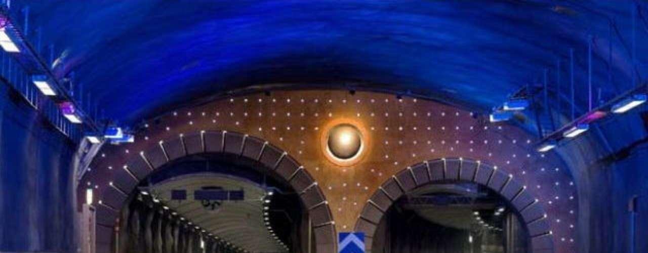 Túnel de Yerba Buena, Estados UnidosPara conectar esta islacon el mundo, tienen un túnel de 25 metros de diámetro, quefunciona desde 1936. Este posee dos niveles vehiculares que permiten el paso de cinco carriles.