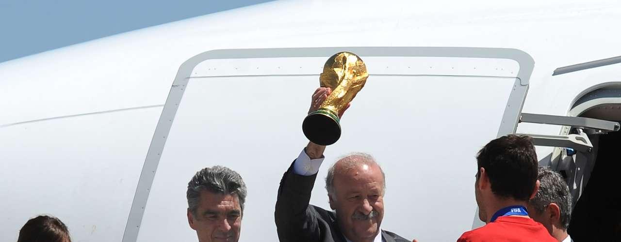 El estratega mostró orgulloso el máximo trofeo que le ganaron a Holanda en la Final.