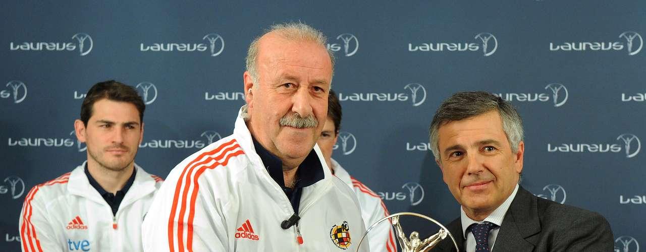 Del Bosque junto a la selección de España ganaron el trofeo Laureus al equipo del año 2011.