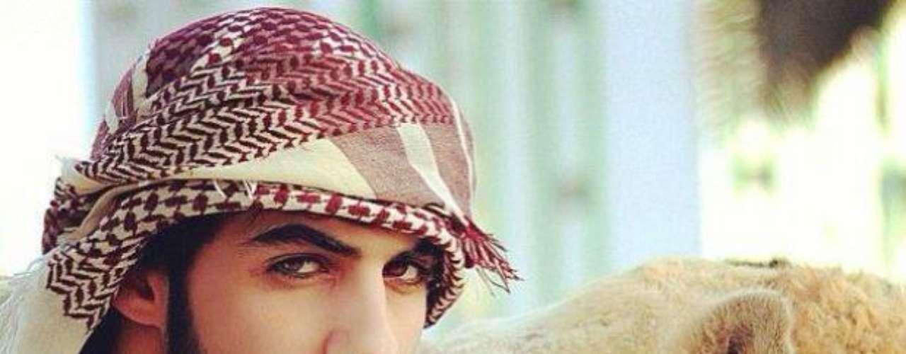 El fotógrafo de moda, actor, poeta, Omar Borkan Al Gala, nacido en Dubai, fue expulsado de Arabia Saudí por ser demasiado guapo\