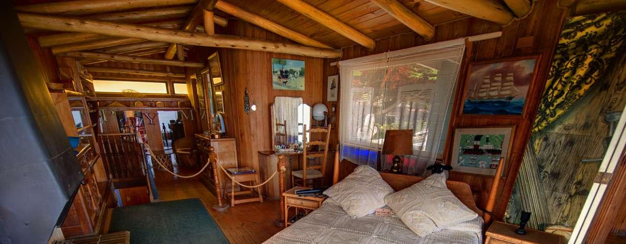El dormitorio de Pablo Neruda tiene una vista hacia el Oceáno Pacífico excepcional, y la cama está ubicada diagonalmente, para que el sol la recorra desde el amanecer hasta la puesta de sol