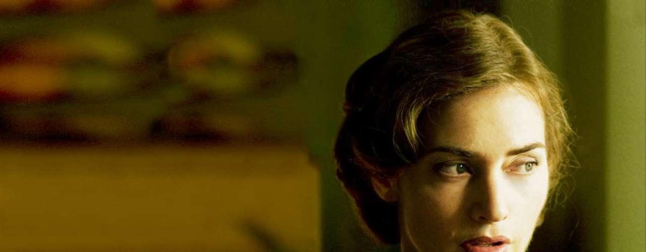 'Mildred Pierce' (2011) es una miniserie de la HBO dirigida por Todd Haynes ('Lejos del cielo') que adapta la novela homónima de James M. Cain. Kate Winslet da vida a una madre abnegada que trata de salir adelante en los años de la Gran Depresión. La trama se centra en la difícil relación con su hija Veda (Evan Rachel Wood), aspirante a personaje más odiado de la televisión. Joan Crawford logró un Oscar por su interpretación de Mildred en 'Alma en suplicio' de Michael Curtiz.