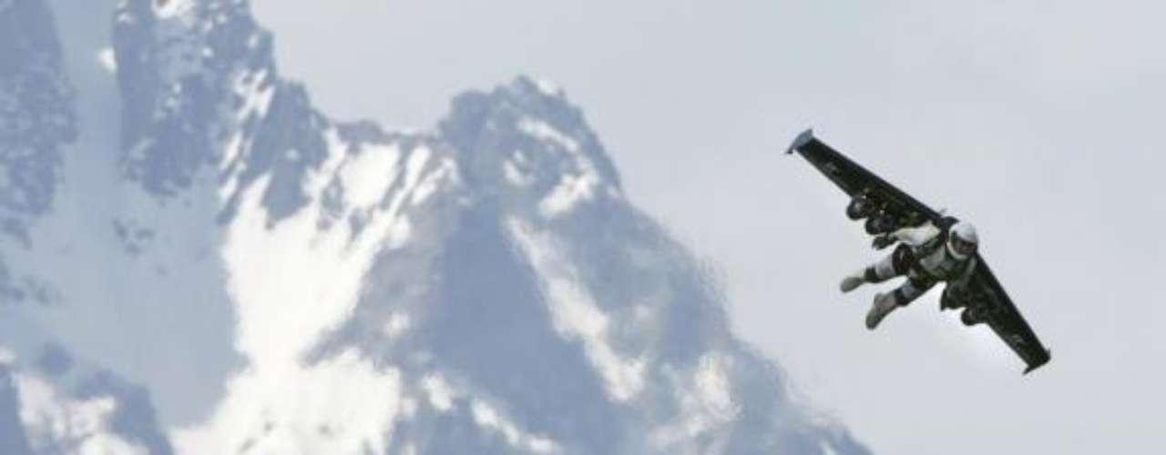El expiloto militar profesional suizo, Yves Rossy es el primer hombre en volar con éxito con alas, impulsado por cuatro motores en la espalda.