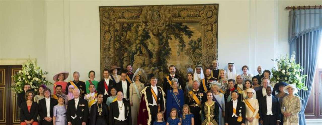 La gran familia de la realeza ha arropado a los nuevos Reyes de los Países Bajos. Después de la recepción, han posado con todos los representantes de las familias reales que han sido testigos de este relevo 'real'.