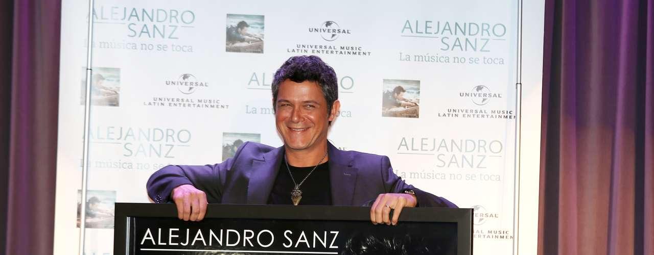 Alejandro Sanz inicia el mes de mayo con una serie de conciertos, entre ellos, uno muy especial en Los Angeles. Ca. En la imagen podemos apreciar su alegría al recibir un reconocimiento por sus altísimas ventas logradas con \