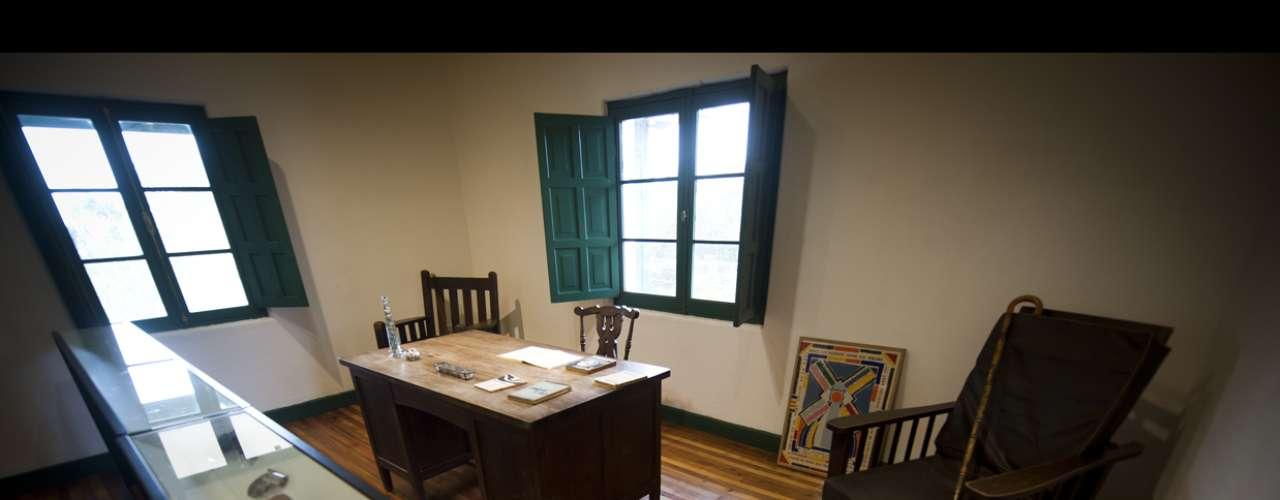 Otra vista del escritorio. Toda la casa está pintada de acuerdo a su gusto. Las celocías verdes son su opción, aunque su nieto Vicente tema que le den al Museo un cierto aspecto de retén de Carabineros