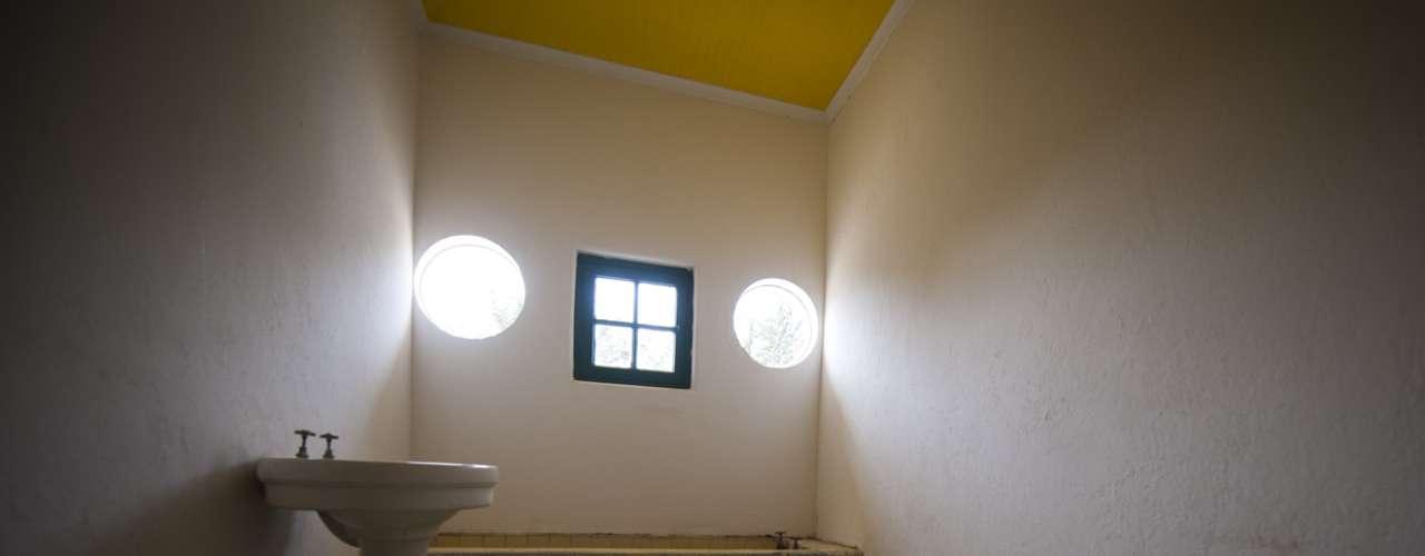 En el baño se repite el cielo amarillo y la simetría de los ojos de buey sugiere una pintura de Magritte