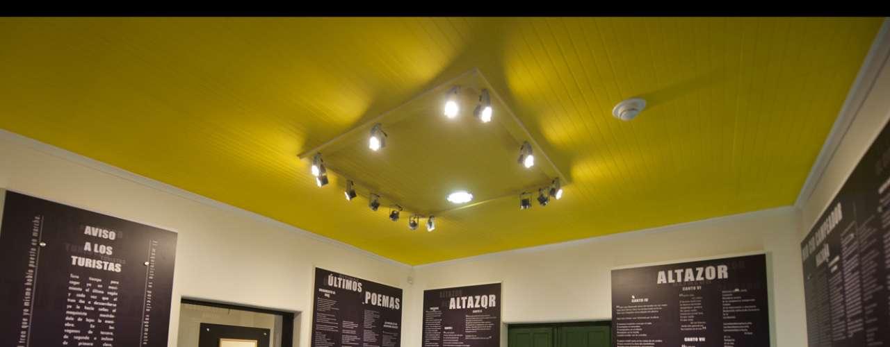 Huidobro quería que el sol estuviera siempre con él, por eso pintaba los cielos de amarillo, como se ve en la sala Altazor