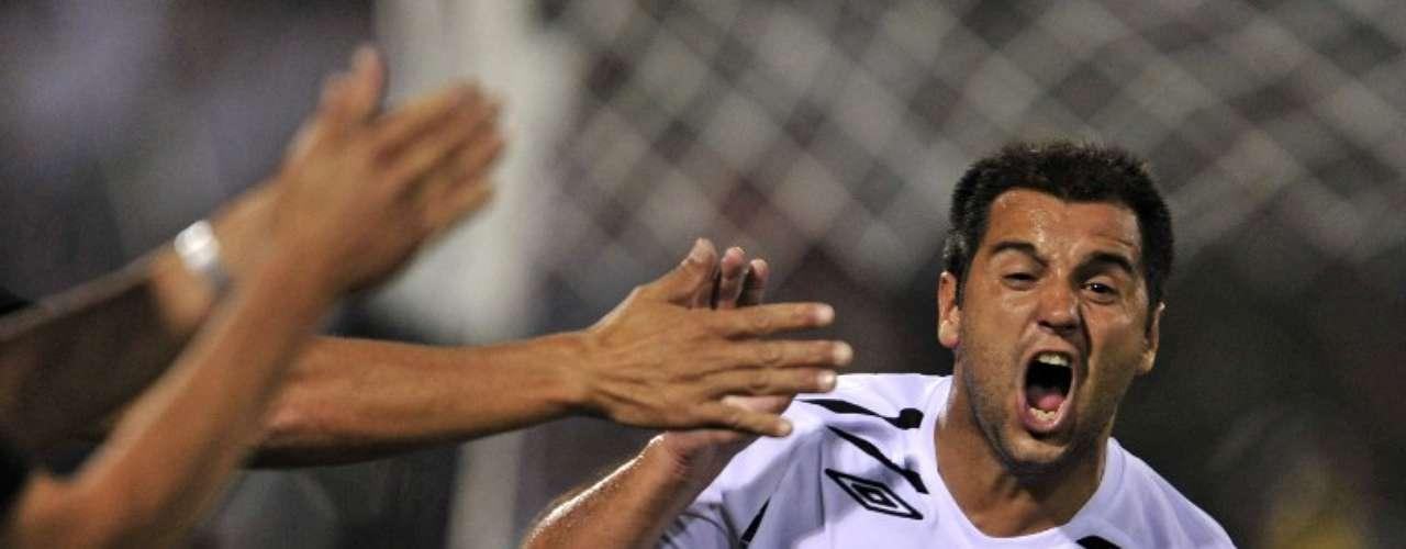 Tras ganar por 2-0 en la semifinal de ida del Clausura del 2007, Colo Colo volvió a derrotar a la U en el Estadio Nacional con gol de Gustavo Biscayzacú a los 53. Ya casi decretada la eliminación de los azules, sus hinchas provocaron incidentes en el recinto y el partido finalmente se suspendió a los 67 debido a los desmanes.