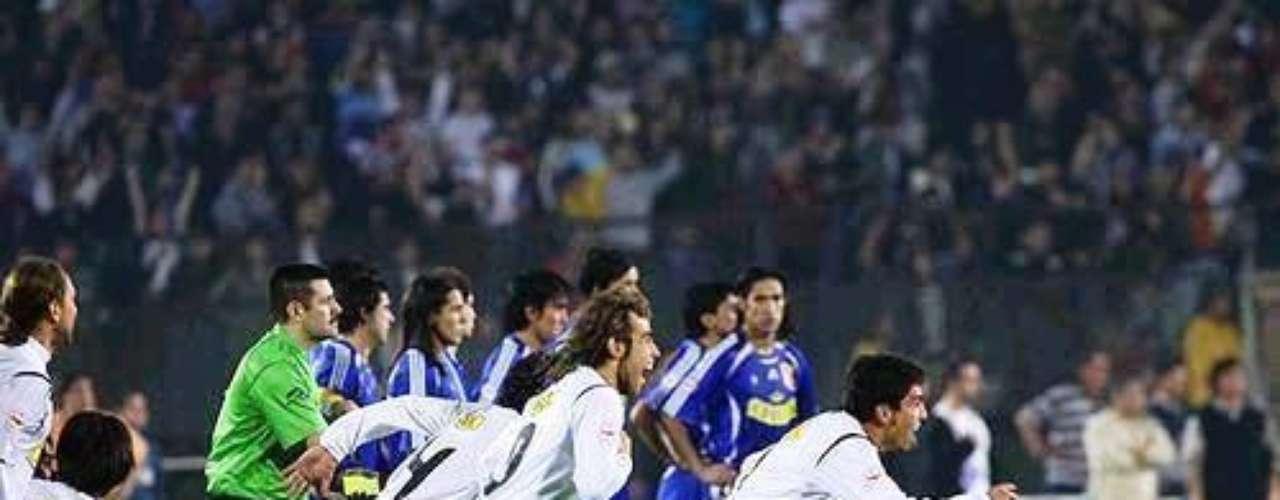 En la final de vuelta por el Apertura 2006, la U liderada por Marcelo Salas se impuso 1-0 en el Estadio Nacional con gol de Luis Pedro Figueroa, resultado que obligó a ir a los lanzamientos penales ante casi 60.000 espectadores. En dicha instancia, Claudio Bravo se transformó en la figura al tapar dos penales, uno a Hugo Droguett y otro a Mayer Candelo luego que el colombiano picara la pelota en su ejecución. Así Colo Colo se consagró campeón en la casa de su archirrival.