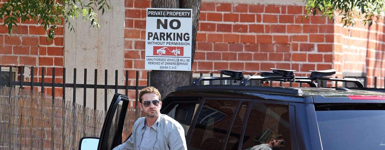 ¡Spartans! A Gerard Butler parece no importarle estacionarse en un lugar prohibido de Beverly Hills. el actor llegó en su camioneta la cual dejó en un espacio donde no se podía quedar. ¿Lo multarían?
