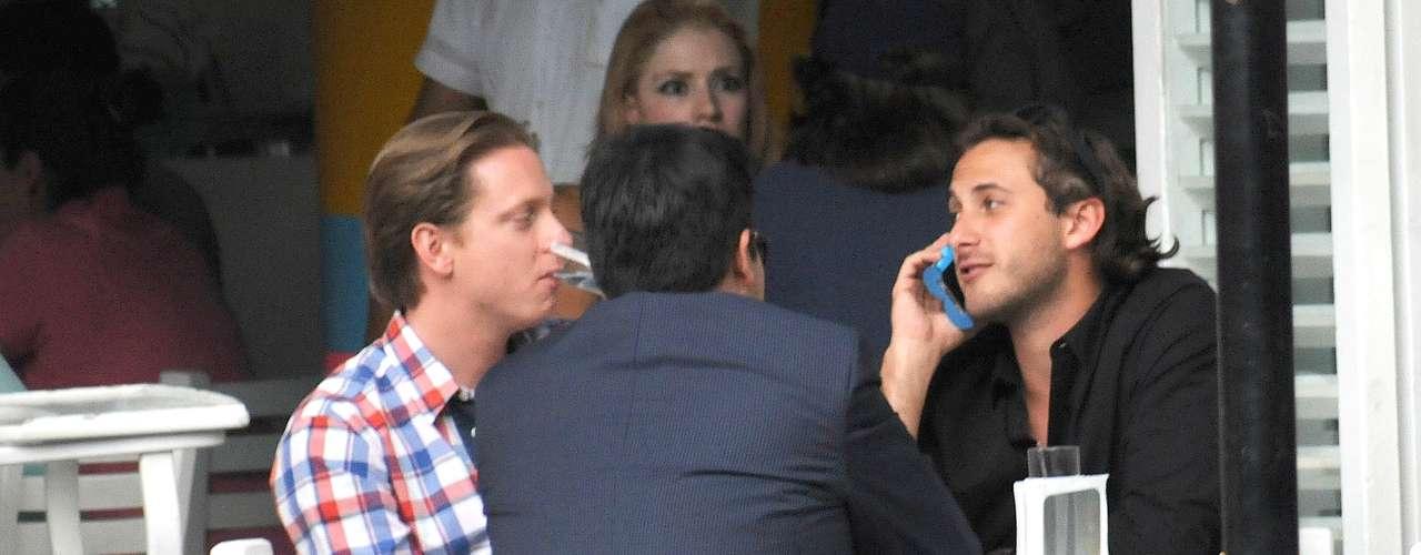 Sebastián Zurita comparte unas copas con unos amigos donde tampoco se despegó del teléfono. ¿Hablando de negocios?