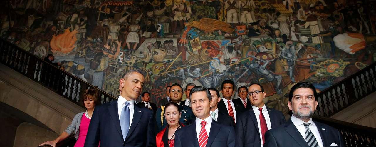 Fotografía cedida por Presidencia de México de los mandatarios de EE.UU., Barack Obama (izquierda), y de México, Enrique Peña Nieto (centro), el jueves 2 de mayo de 2013, durante un recorrido por el Palacio Nacional, en la capital mexicana.