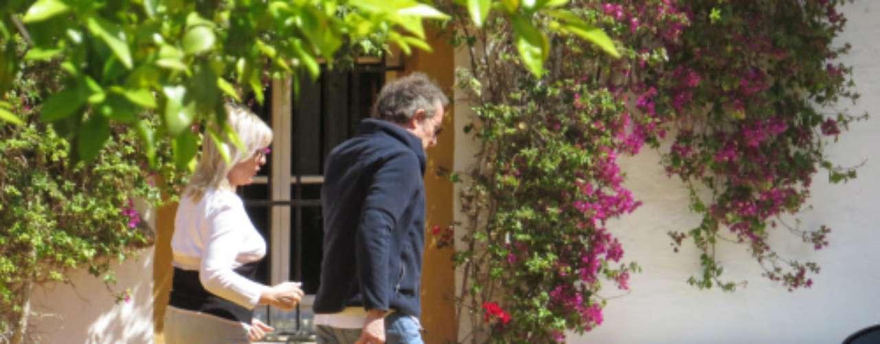 La pareja que yaestá de regresoen su residencia de Sevilla, trabaja en común para fomentar la rápidamejora de la duquesa, pues ésta se niega a lucir una silla de ruedasa su regreso a la vida pública.