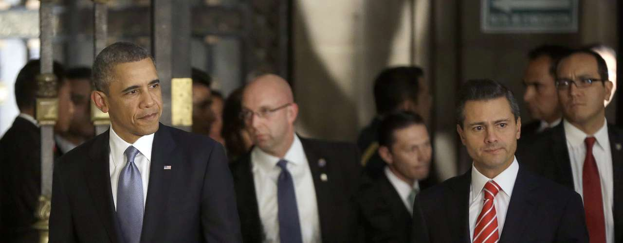 El presidente de Estados Unidos Barack Obama, a la izquierda, y el presidente de México Enrique Peña Nieto, a la derecha, llegan a una conferencia de prensa en el Palacio Nacional, en Ciudad de México.