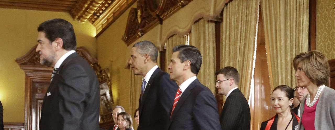 El presidente estadounidense Barack Obama y el mandatario mexicano Enrique Peña Nieto a su llegada al Salón de Recepciones para la primera reunión bilateral en el Palacio Nacional en Ciudad de México.