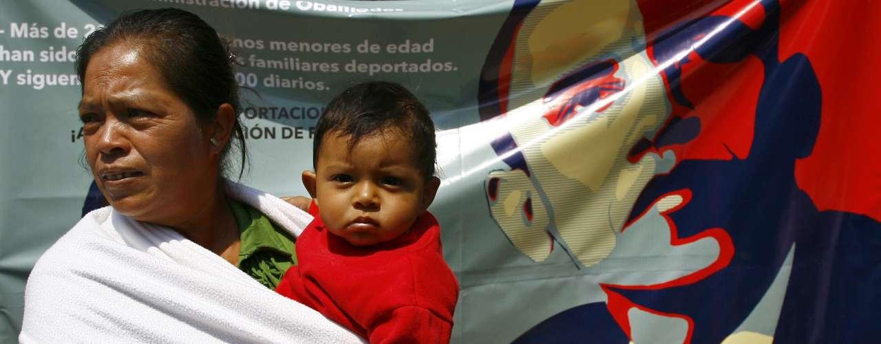 En el marco de la visita de Obama a México, una mujer asiste a una manifestación afuera de la embajada estadounidense en la ciudad de México para pedir una reforma migratoria, el jueves 2 de mayo de 2013.