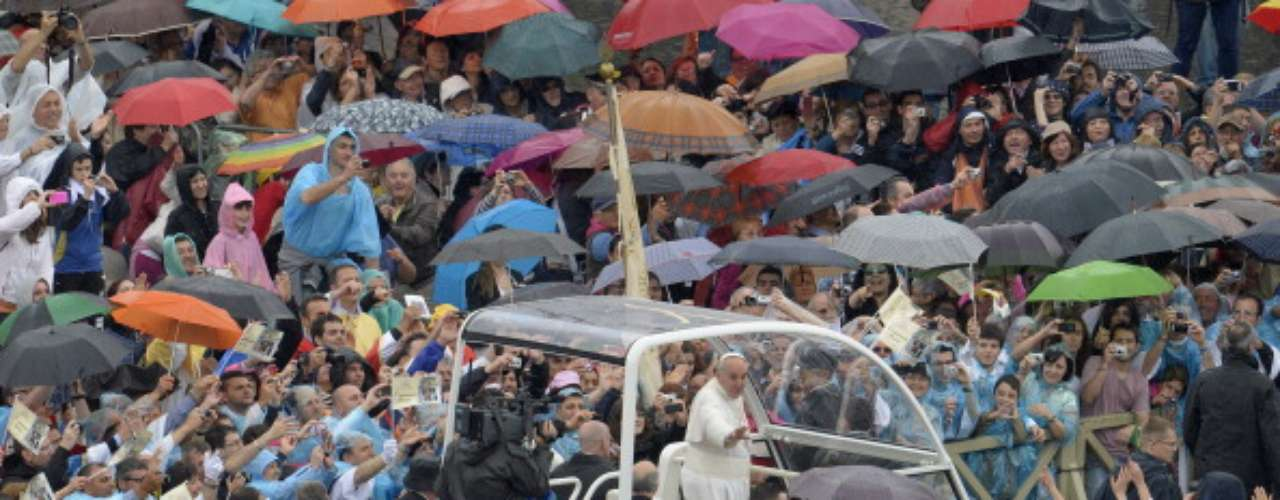 Esta frase fue hacia los miembros de las hermandades y a los fieles que acudieron a la celebración de esta misa a pesar del mal tiempo y la lluvia.