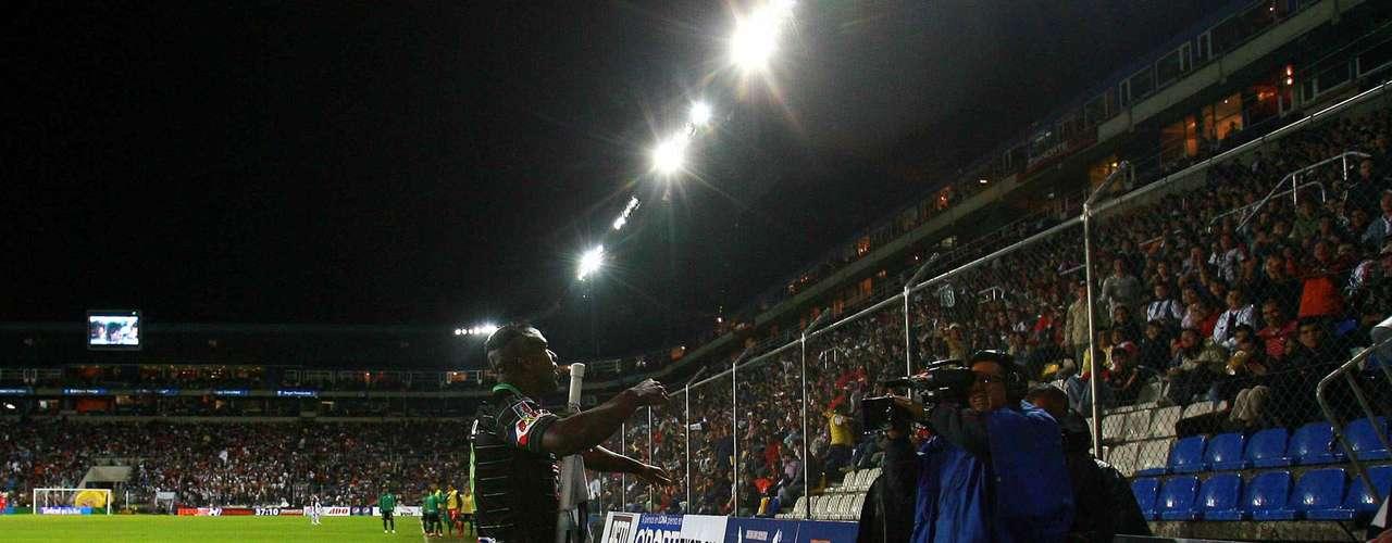 El 'Chucho' festeja el segundo de sus 'dardos' en el estadio Hidalgo.