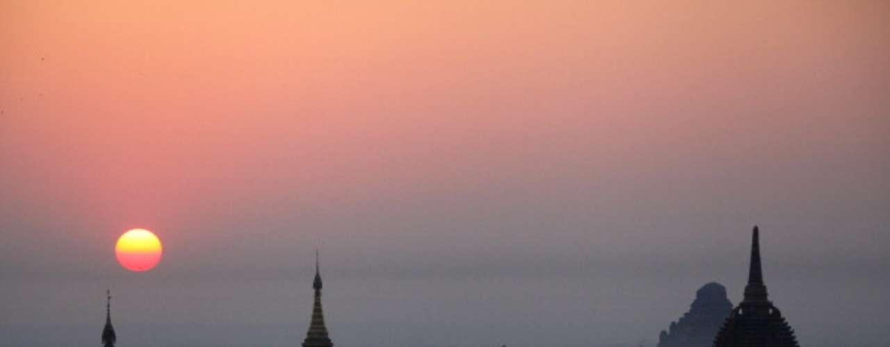 Bagan, Myanmar Situado en el centro oeste de Myanmar, Bagan es accesible tanto por vuelos, trenes y autobuses desde Yangon.