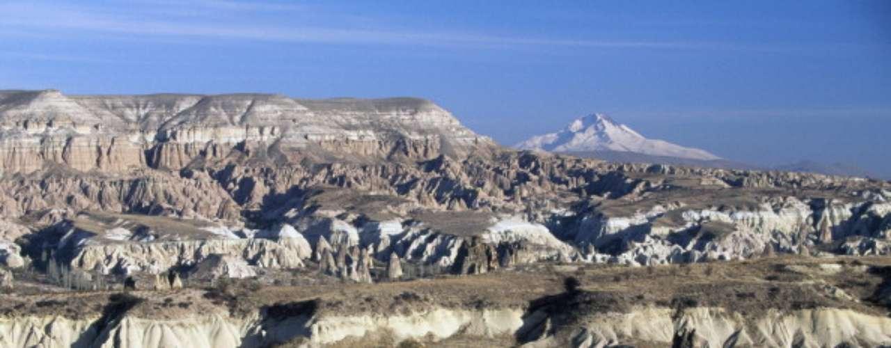 Parque Nacional de Göreme y sitios rupestres de Capadocia, Turquía Debido a la lejanía del lugar, situado en el centro de Anatolia, la mayoría de los visitantes optan por volar desde Estambul para después visitar la zona en un tour organizado, o conduciendo.