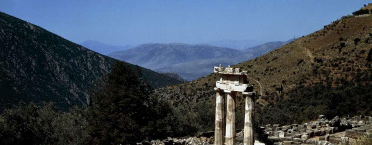 Acrópolis, Grecia Es posible contratar una visita al sitio, o simplemente acercarse paseando desde Atenas. La ruta a lo largo de Adrianou Street hasta la entrada trasera es una subida más suave que la entrada por el Teatro de Dionisos Teatro.