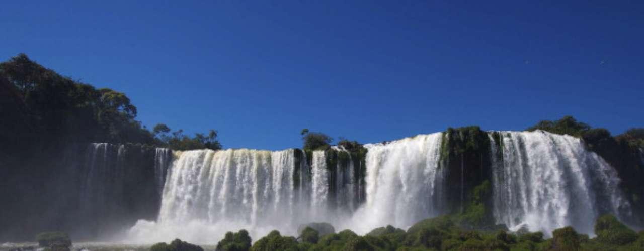 Parque Nacional de Iguazú, Brasil y Argentina El menos desarrollado pero refrescante y poco visitado lado brasileño de las cataratas es accesible en un viaje de media hora de autobús desde la ciudad de Foz do Iguaçu. Es la misma distancia que hay desde las cataratas a Puerto Iguazú en el lado argentino.
